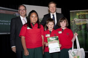 Newmarket Primary School students and makers of The Kaitiaki Children and the Birds, with Auckland Mayor Len Brown and Hon Dr Jonathan Coleman.