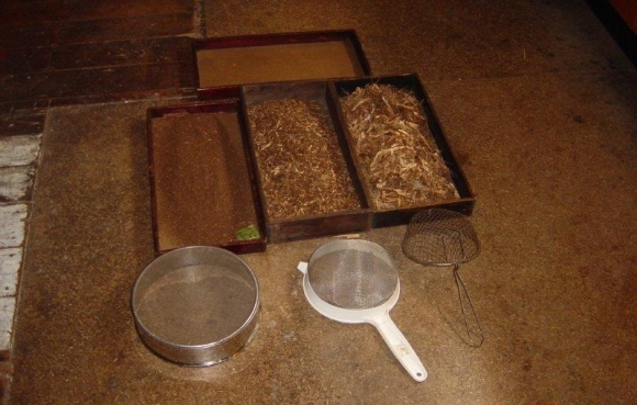 Litter samples and sieves equipment.