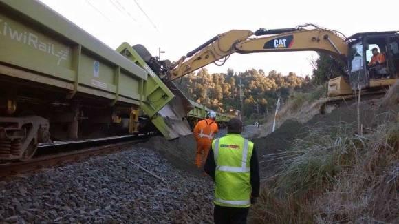 kiwirail-train-unloading