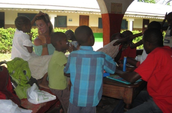 Laura with the children of Rainbow House in Gede, Kenya.