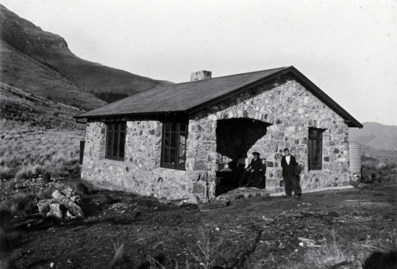 Sign of the Packhorse Hut in 1916. Photo: Christchurch City Libraries.