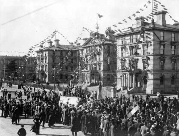 Crowd alongside Government buildings during the 1901 Royal Tour.