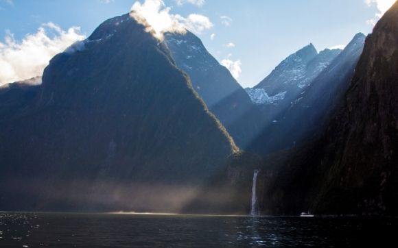 Sun beam through the mountains in the Milford Sound. Photo: Gee Kay | CC BY-NC-ND 2.0.
