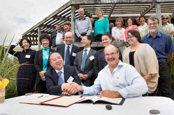 The SFA's Chen Fengxue and D-G Lou Sanson sign the new Memorandum of Arrangement protecting migratory shorebirds and their habitat. Photograph: Pukorokoro Miranda Shorebird Centre.