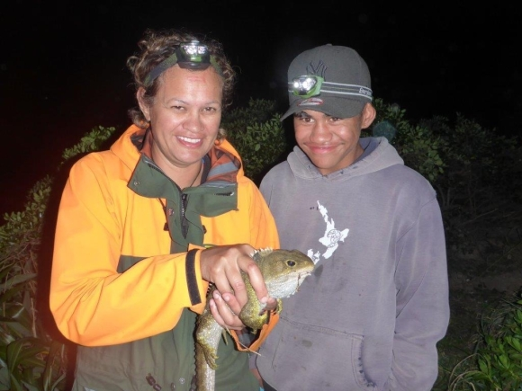Ko au me toku mama Ko Trudi, Wetiweti te tuatara! | Me and my mum Trudi, these tuatara are mean (awesome)!