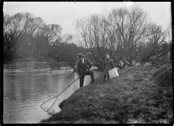Father and son whitebaiting on the Taieri River in 1926. 📷: Godber Collection, Alexander Turnbull Library.