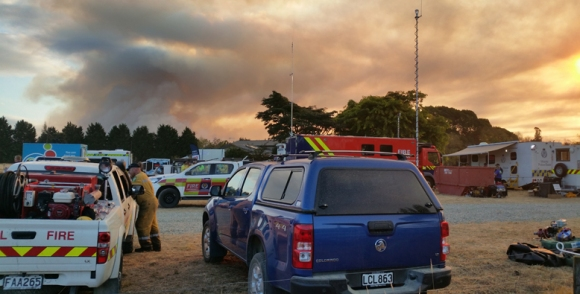 Agencies from DOC, NZRF, Ambulance, NZ Police, and NZDF came together at the command bases to brief and update firefighting teams. Credit: Mike Ogle.